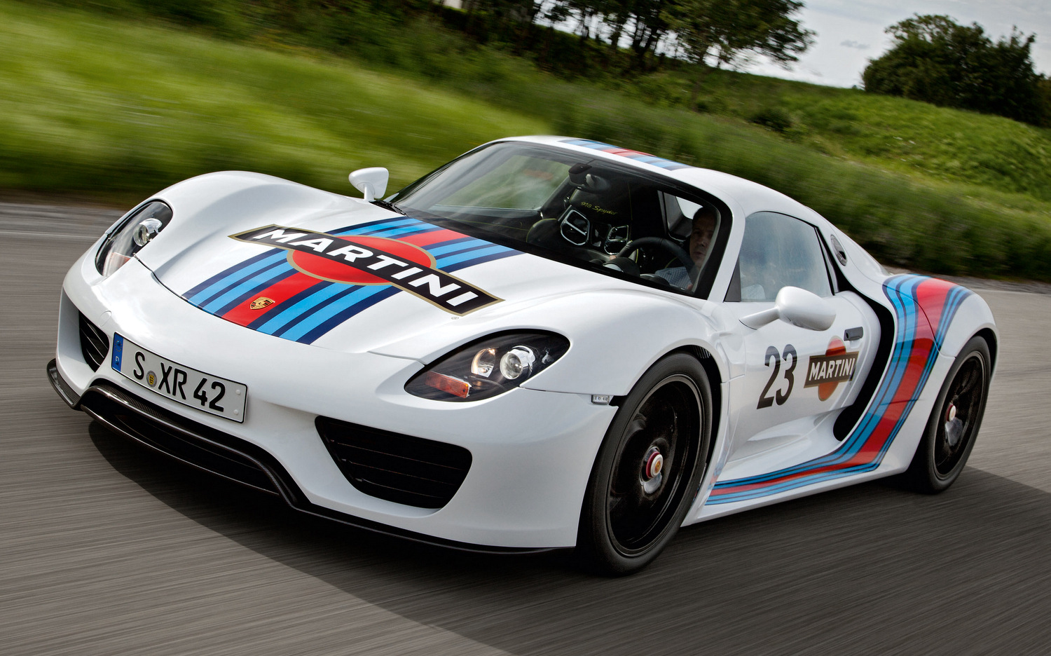 porsche 918 spyder testing in iconic martini livery the driven blog. Black Bedroom Furniture Sets. Home Design Ideas